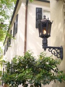 На фасадах будинків день і ніч горять гасові ліхтарі