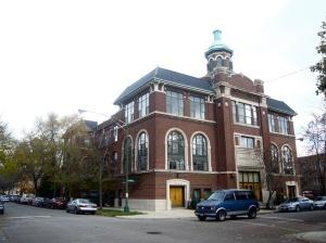 """�та старая польская церковь в """"украинском селе"""" Чикаго была первым проектом по изменению сакрального статуса на жилой фонд. Конвертация церкви в 6 жилых квартир показалась покупателям заманчивым предложением и в начале 2000-х годов все квартиры моментально были расспроданы."""