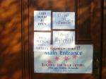 """Таблички на дверях школы-избирательного пункта в """"украинском селе"""" Чикаго"""