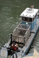 Речное такси-один из корабликов, который в суботу утром окрашивал реки Чикаго в изумрудный цвет.