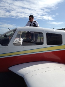 Инструктор Марио садится в самолёт